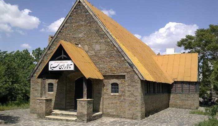 کلیسای قاجاری انبار و سنگ قبرهایش پارکینگ ماشین ها شد!
